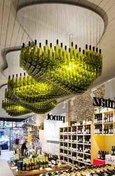 inspirierende-bastel-und-upcycling-ideen-mit-weinflaschen-fuer-moderne-deckengestaltung