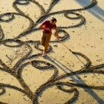 Andres Amador is a contemporary artist that uses the sand in the beach to create his amazing art works. He is one of the modern artist that explore so many unusual ways to express yourself Land Art, Beach Art, Ocean Beach, Beach Mural, Sand Beach, Art Plage, Sand Drawing, Chuck Close, David Zinn