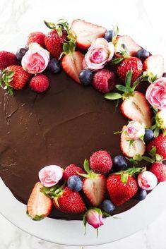 Chocolate Ganche, Chocolate Ganache Tart, Chocolate Fruit Cake, Chocolate Graham Crackers, Chocolate Cake Recipe Easy, Chocolate Strawberries, Cheesecake Decoration, Dessert Decoration, Cake Decorated With Fruit