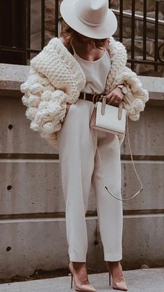 winter outfits street style All white outfits for winter this season get inspirations how to wear all white look this winter 2019 2020 winters fashion street style for cold season sweaters turtleneck blazers coats fur Mode Outfits, Fashion Outfits, Womens Fashion, Fashion Trends, Fashion 2018, Petite Fashion, Ladies Fashion, Modest Fashion, Hijab Fashion