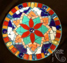 Mandala de mosaico de 25 cm de diámetro, realizado por Natalia Rybak. http://tallerescaleracaracol.com/artes-del-fuego/mosaico/mandalas/