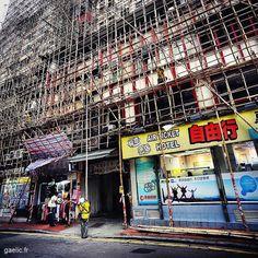 Echafaudeurs échafaudant / Street workers scaffolding #hongkong #hk #cityscape #streetphotography #travel (à Tsim Sha Tsui Hong Kong)