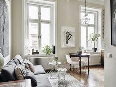 狹小的客廳,選擇以邊桌替代茶几,輕巧方便移動