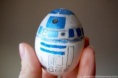 R2D2 egg by L-Jay of My Little Norway. Directions on how to make Norwegian Easter eggs at the source.