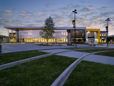 Image 3 of 10 from gallery of Edison High School Academic Building / Darden Architects. Photograph by Paul Mullins