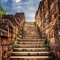 SIGUE SUBIENDO!!! Aunque la incertidumbre te acompañe, sigue subiendo, aunque muchas veces el miedo intente paralizarte, sigue subiendo, aunque porque momentos la realidad se vuelva confusa, sigue subiendo. . Muchas veces en la vida como en la construcción debemos seguir subiendo, ir apoyando ladrillo a ladrillo, escala por escala y día a día seguir avanzando en esa meta que tanto anhelamos y buscamos para nuestras vidas. . No descanses, no desfallezcas y recuerda siempre SIGUE SUBIENDO… Headshot Photography, Photography Backdrops, Macro Photography, Photography Photos, Creative Pictures, Free Pictures, Cool Photos, Stair Climbing, Stone Stairs