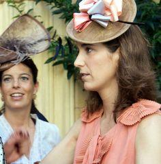 Invitada en Coral Cowboy Hats, Fashion, Vestidos, Sombreros, Brides, Lace, Wedding, Moda, Fashion Styles