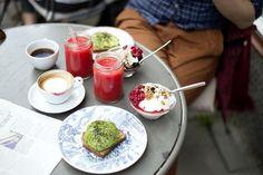 grekisk yoghurt med bär, rågbröd med avokado och en juice med grapefrukt, rödbeta och apelsin