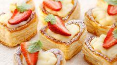 Wenn Sie Ihre Liebsten mal mit einem Vanillepudding der besonderen Art überraschen möchten, sind die Blätterteigherzen mit Erdbeeren genau das Richtige.