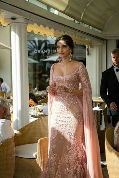Dream Girls Photos: 9 Stunning Cleavage Pictures of Sonam Kapoor Indian Bridal Outfits, Indian Fashion Dresses, Indian Designer Outfits, Ethnic Fashion, Designer Dresses, Fashion Outfits, Fashion Top, Bridal Dresses, Bridal Lehenga Collection
