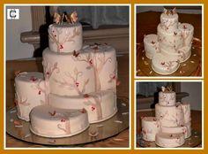 UNUSUAL WEDDING CAKES / IVORY AND GOLD CAKE (Pastel de bodas en desnivel en colores Ivory y dorados)