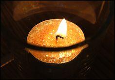 Ozdobne, mieniące się brokatem świeczki ... i nastrój gotowy.  Pełen relaks :)