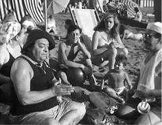 Una divertente immagine di scena tratta dal primo film della famiglia Passaguai, sulla spiaggia di Ostia(Roma). Vi si riconoscono Ave Ninchi, Aldo Fabrizi, Peppino De Filippo (co-protagonista e apparso soltanto del primo film della serie) e i giovanissimi Giovanna Ralli e Carlo Delle Piane.