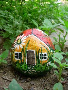 Kabouterhutje van een beschilderde steen, die past nog wel ergens tussen de plantjes in de tuin...