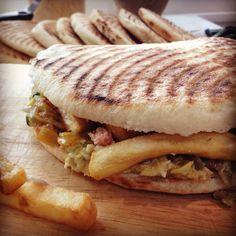 Le sandwich tunisien dit chapatis Essalamou alaikoum ,bonjour Je ne suis pas régulière avec les publications et je m'en excuse .... Vu que le mois sacre du ramadan approche a grand pas ,je vais essayer d'être plus présente inchallah ..... Le sandwich... Sandwiches, Tunisian Food, Oriental Food, Easy Bread, Diy Food, Diet Recipes, Brunch, Food And Drink, Appetizers