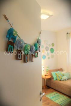 Fiz a decoração de um quarto de bebê lindão, que tem como tema os elefantes. O quarto dele ficou maravilhoso, mais lindo do que eu imaginei que seria, olha só: Viu que foi aí que coloquei os bastid…