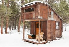 The Potomac Cabin is x with a loft, and was created by tiny-house-builder extraordinaire Charles Finn. (the ceiling inside that creates an illusion of more room is what I& interested in} Tiny House Swoon, Tiny House Cabin, Tiny House Living, Small Log Cabin, Cabin Homes, Tiny Cabins, Cabins And Cottages, Little Cabin, Little Houses