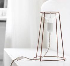 Stilvoll und einfache Tischlampe, die auf einem Schreibtisch oder in Wohn-und Schlafzimmer genutzt werden könnte. Hier entdecken und shoppen: http://sturbock.me/REM
