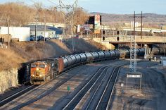 Empty oil train, runs in the last rays of sun towards Northtown and then to North Dakota to refill. Power is a pair of GE's, but a neat scene nonetheless. New Santa Fe, Bnsf Railway, Burlington Northern, Train Tracks, Layout Inspiration, Model Trains, Railroad Tracks, Minnesota, Scenery