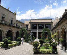 Patio Central del Edificio El Rectorado. Recubre de imponente belleza la antesala a la entrada del Aula Magna de la Ilustre  Universidad de Los Andes (Mérida, Venezuela)