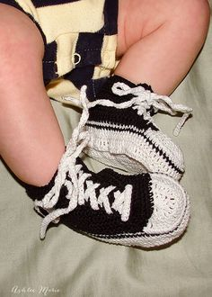 The Crochet Baby Converse Sneakers Free Pattern and Video Tutorial are great to make cute baby booties for new parents or your own baby. Crochet Toddler, Crochet Baby Clothes, Crochet Baby Shoes, Crochet Slippers, Crochet For Kids, Free Crochet, Crochet Vests, Crochet Geek, Irish Crochet