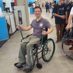 Experimentando o protótipo da cadeira de rodas, com um sistema de impulsão por alavanca