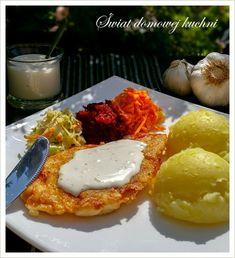 50 dag filetów z kurczaka  1 szklanka mąki  1 szklanka wody  1 jajko  2-3 ząbki czosnku  sól, pieprz  olej do smażenia   Sos czosnkow...