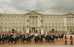 cavallo Montato custodisce i Blues e Royals passano Buckingham Palace durante una prova di Trooping feste di compleanno ufficiali del colore della regina ...