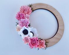 Felt wildflower and wooden wreath de TheFeltFlowerShop en Etsy https://www.etsy.com/es/listing/217208074/felt-wildflower-and-wooden-wreath