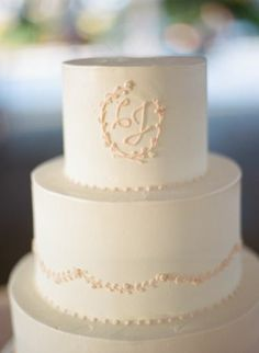 Classic white and pink wedding cake - love the simplicity #weddingcake #cake #classic #wedding #minimalist
