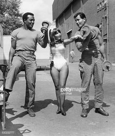 Jim Brown, Playboy Bunny Dolly Read (also Playmate of the Month, May Clint Walker / on the MGM-British Studios lot in Borehamwood, England, during production of Robert Aldrich's The Dirty Dozen Clint Walker, Der Richter, Robert Aldrich, Playboy Enterprises, The Playboy Club, George Peppard, Jim Brown, Donald Sutherland, American Football Players