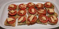 Farverigt blikfang: Tapas med pesto og tomat. Fingerfood Party, Snacks Für Party, Chorizo, Bruschetta, Pesto, Vinaigrette, Tea Time, Sushi, Mozzarella