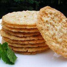 Воздушное овсяное хрустящее печенье, похожее на кружево. По желанию печенье можно украсить шоколадом (расплавить и обмакнуть печенье, или сделать узор тонк