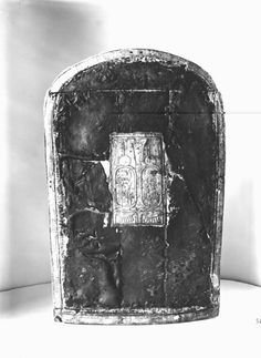Tutankhamun shield. Carter's description: made of wood of light nature, covered with gesso, overlaid with a thin hide on which stiff yellowish hair still adheres in many places. Burton photograph p1204 relating to Carter #545.