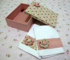 Caixa em MDF, revestida com tecido 100% algodão, decorada internamente com rococó e sutacho e por fora com flor de fuxico.  Acompanha 2 toalhas de mão decoradas com flores de fuxico.