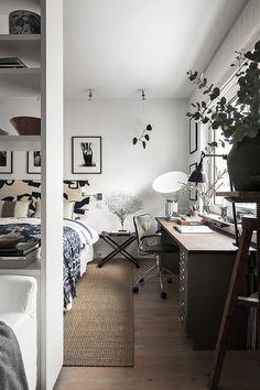 Compact living med studiokänsla –kika in i inredningsdesignerns snygga etta   ELLE Decoration