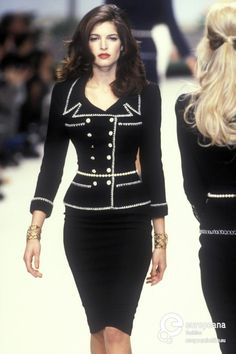 Stephanie Seymour bei Chanel Haute Couture S / S 1995 . - Stephanie Seymour bei Chanel Haute Couture S / S 1995 … – - Chanel Fashion Show, Look Fashion, 90s Fashion, Runway Fashion, High Fashion, Fashion Dresses, Vintage Fashion, Fashion Design, Chanel Style