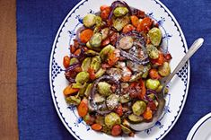 Try our delicious Roasted Vegetable Medley with Bacon recipe tonight. A roasted vegetable medley is tossed with vinaigrette and chopped bacon to make this a terrific side dish for an autumn side dish. Kraft Recipes, Bacon Recipes, Potato Recipes, Chicken Recipes, Roasted Vegetable Medley, Roasted Vegetables, Fruits And Veggies, Vegetable Side Dishes, Vegetable Recipes