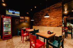 Fotos de Escritório e loja Eclético: LOJA DE CONVENIÊNCIA Next Restaurant, Cozy Coffee Shop, Supermarket Design, Architecture, Table, Furniture, Delivery Food, Hot Dog, Home Decor
