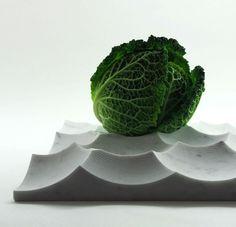 Pour ce plateau en marbre blanc de Carrare, Andrea Morgante de Shiro Studio s'est inspiré de la surface de la Lune et de ses cratères. Fabriqué à la main en Italie, ce plateau possède en effet une surface sculptée de dépressions de tailles et de profondeurs diverses permettant d'accueillir fruits, légumes ou petits objets.  Dimensions (L x l x h): 35 x 35 x 5,5 cm