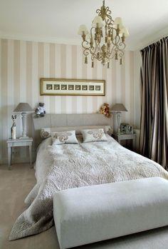 Elegancka sypialnia w klasycznym stylu. Zobacz więcej na: https://www.homify.pl/katalogi-inspiracji/28643/homify-360-klasyczna-willa-pod-wroclawiem
