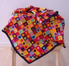 couverture patchwork très originale - carrés tricotés à motifs floraux