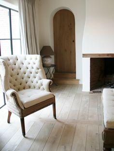 Zwart staal, witte muren, eiken deuren, linnen gordijnen, mooie vloer op een mooie manier gelegd!