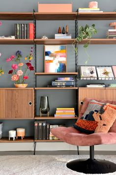Home Living Room, Apartment Living, Living Room Decor, Space Furniture, Furniture Decor, Bookcase Shelves, Interior Decorating, Interior Design, Wall Storage