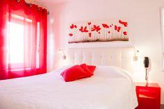 Une chambre Charme aux tons de couleur rouge #red #room #chambre #white #blanc #coquelicot #moderne #contemporain #provence #campagne