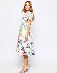 Vestido de graduación a media pierna con top corto y estampado floral de ASOS WEDDING