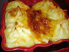 La meilleure recette de Recette Portugaise(Bacalhau à Zé do Pipo) Morue à Portugaise! L'essayer, c'est l'adopter! 4.9/5 (8 votes), 10 Commentaires. Ingrédients: 1 filet de morue(dessalé 24 heures),700 g de purée de pommes de terre,1 litre de lait,2 oignons,3O g de mayonnaise,4 cuil,à soupe d'huile d'olive,2 feuille de laurier,poivre et sel éventuellement. Cod Recipes, Portuguese Recipes, Home Chef, International Recipes, Lasagna, Mashed Potatoes, Cauliflower, Macaroni And Cheese, Fish