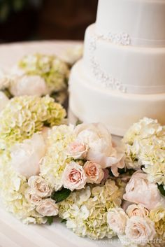 Cakes look naked unless they are decorated with beautiful flowers - this is beautiful