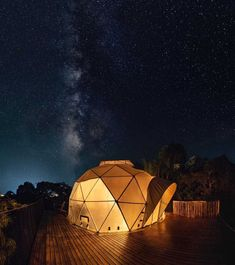 Glamping in Colombia is an incredible experience, because this country has an immense variety of landscapes and climates. San Gil, Glamping, Camping Con Glamour, Bali, Villa, Architecture, Building, Places, Nature