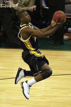 Young Dwayne Wade College Basketball, Basketball Court, Inside The Nba, Dwyane Wade, Sports Pictures, Nba Players, The Past, Uni, Legends